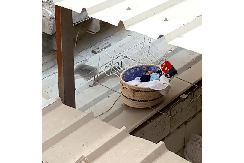 الرضيع وُضِعَ فوق صفائح الألمنيوم بمدخل أحد المنازل