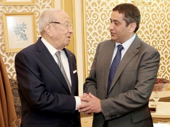 رئيس التحرير منصور الجمري مصافحاً الرئيس التونسي الباجي قائد السبسي