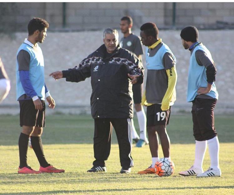 طارق إبراهيم أثناء قيادته تدريب البحرين أمس