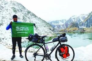 سعودي يتحدى الشتاء بعبوره 14 دولة على دراجته الهوائية