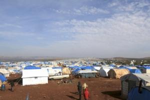 آلاف المدنيين الفارين من شمال سورية عالقون قرب الحدود مع تركيا