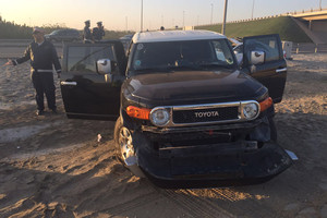 بالصور... إصابة خليجي بتصادم مركبتين على شارع الشيخ عيسى بن سلمان