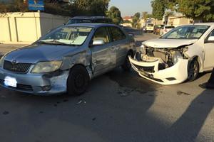 بالصور... إصابة سائقة سيارة في حادث بتقاطع