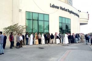 سلسلة بشرية تُطوِّق «سوق العمل»  يومياً لإنهاء إجراءات الأجانب