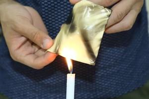 شاهد الصور... حرق قطع الجبن للتحقق من صحة احتوائها على مواد بلاستيكية