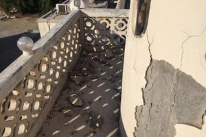 بالصور... سقوط أجزاء من مسجد الشيخ سهلان بالعكر والجعفرية تأمل إزالة المعوقات للبدء بالمشروع
