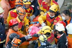 انتشال أربعة ناجين بينهم طفلة من تحت مبنى دمره زلزال تايوان