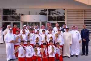 عسكر يلتقي منتخب السباحة العائد من الدوحة بـ 50 ميدالية خليجية