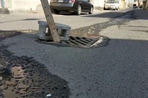 بالصور... أهالي دار كليب يشكون تضرر سيارتهم بفعل فتحات مياه صرف المياه المكشوفة والمتضررة