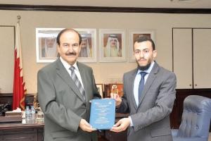 وزير الطاقة يتسلم نسخة من رسالة ماجستير حسام حفناوي