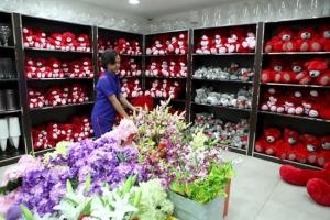 بالأحمر والورود والشوكلاته... محلات الهدايا تستعد لـ «الفالنتاين»