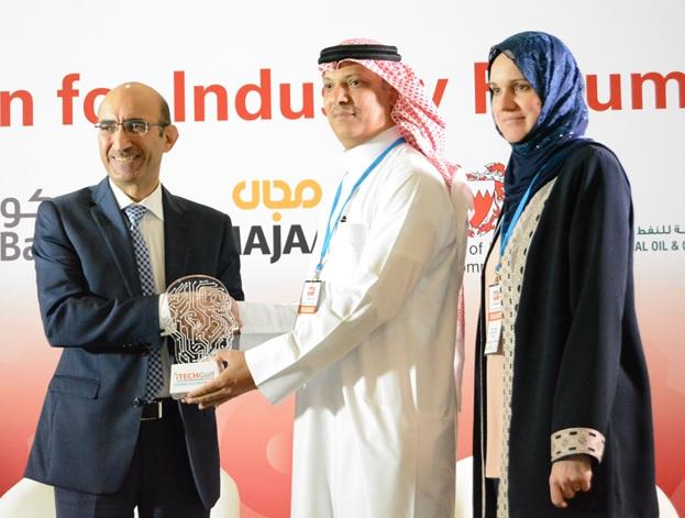 هاني عواجي يتسلم الجائزة من سامة محمد العريض