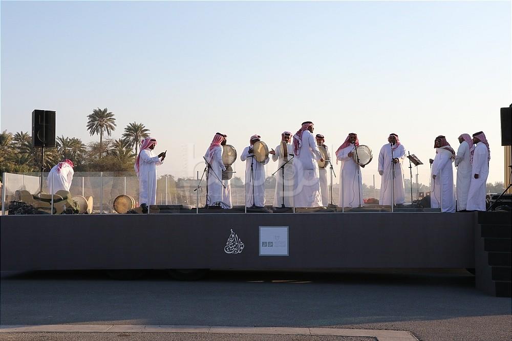 فرقة غناء شعبية تقدم عروضا في قلعة البحرين بمناسبة ذكرى ميثاق العمل الوطني