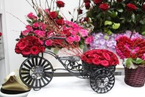 البحرينيون يحتفلون بـ «الفالنتاين» بتبادل الورود وتناول العشاء في المطاعم