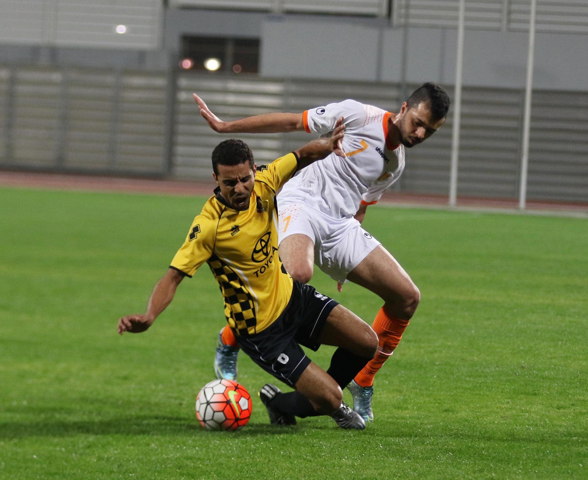 صراع على الكرة بين الحالاوي علي منير والأهلاوي نضال إسماعيل (تصوير - عيسى إبراهيم)