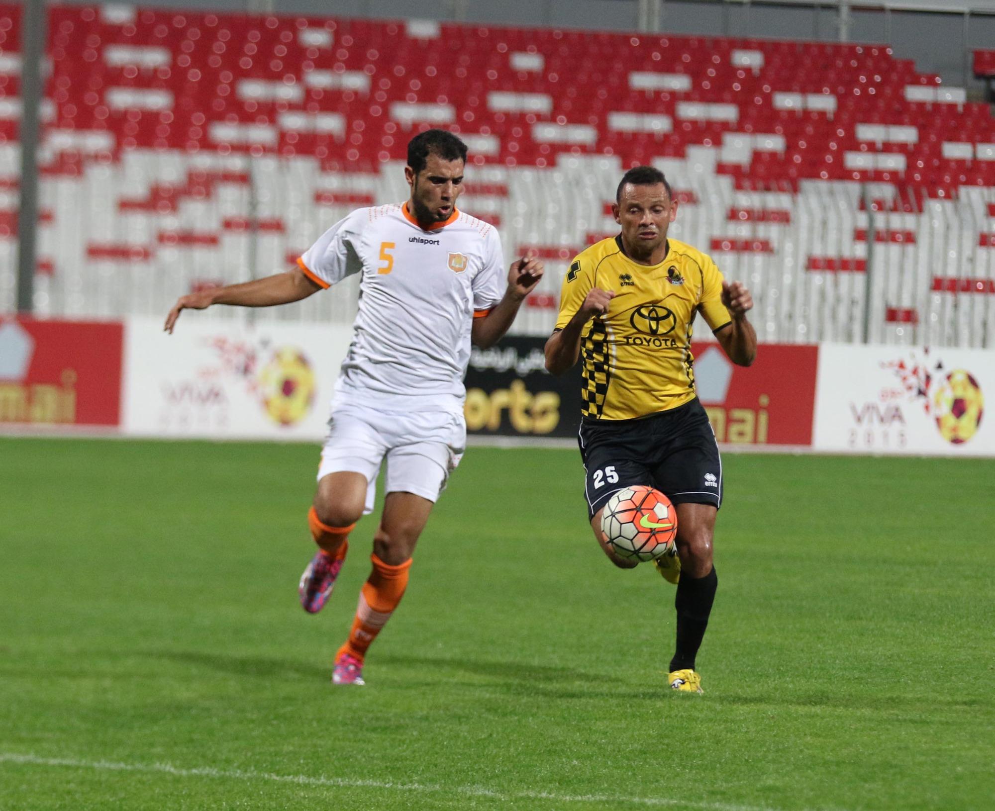 البرازيلي دييغو من الاهلي والحالاوي (اليمني) محمد فؤاد في لقاء فريقيهما اليوم