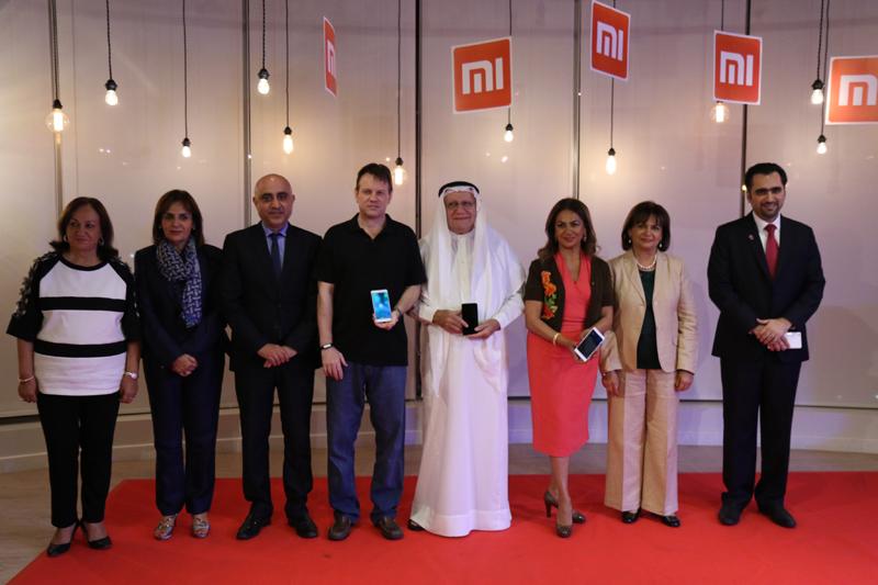 إداريو المؤيد أثناء إطلاقهم مجموعة هواتف شيوامي الجديدة في البحرين
