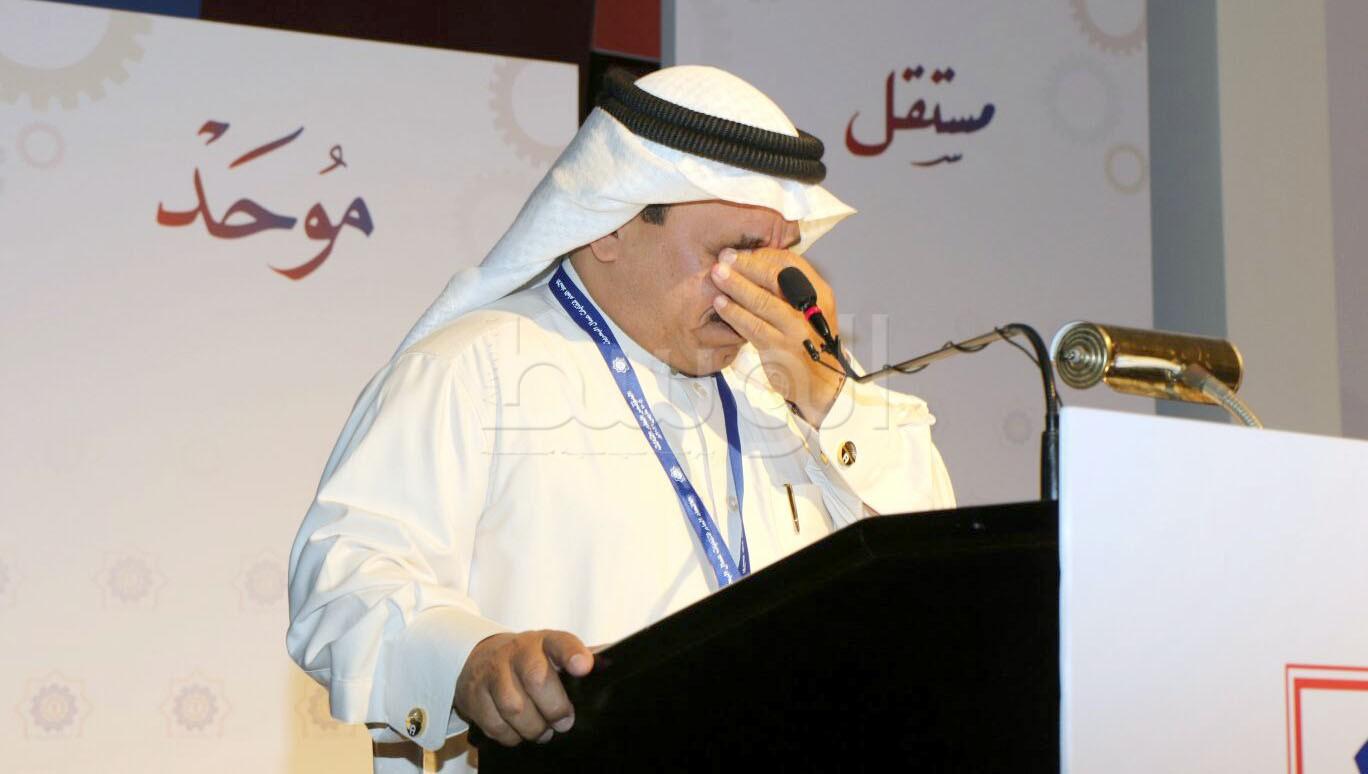 المحفوظ خلال بكائه أثناء إعلانه كلمته في المؤتمر العام الثالث للاتحاد   (تصوير: عقيل الفردان)