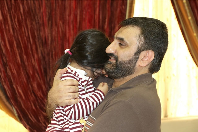 جهرمي حاملاً ابنته - تصوير : محمد المخرق