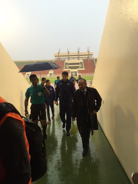حكم المباراة بعد اطمئنانه على أرضية الملعب ليستأنف اللقاء من جديد