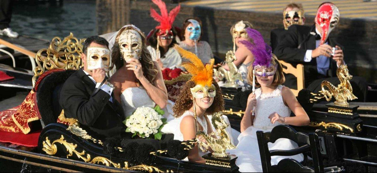 اقنعة مدينة البندقية الشهيرة في احد حفلات الزواج