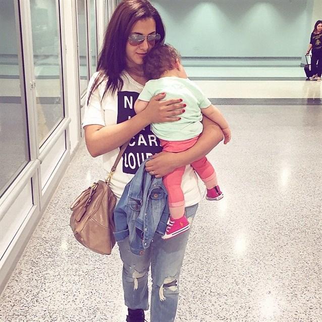 دنيا مع ابنتها الصغيرة كالي