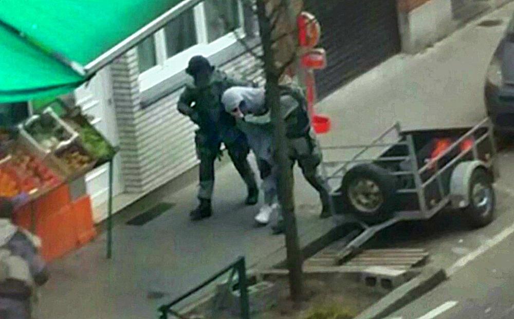 صورة تظهر لحظة اعتقال صلاح عبدالسلام مدبر هجمات باريس. رويترز