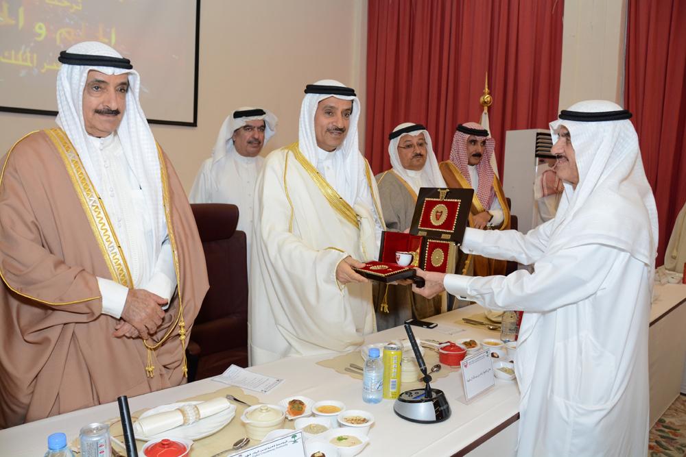 عبدالرحمن اليحيى مكرماً منتسبي جمعية البحرين لرعاية الوالدين
