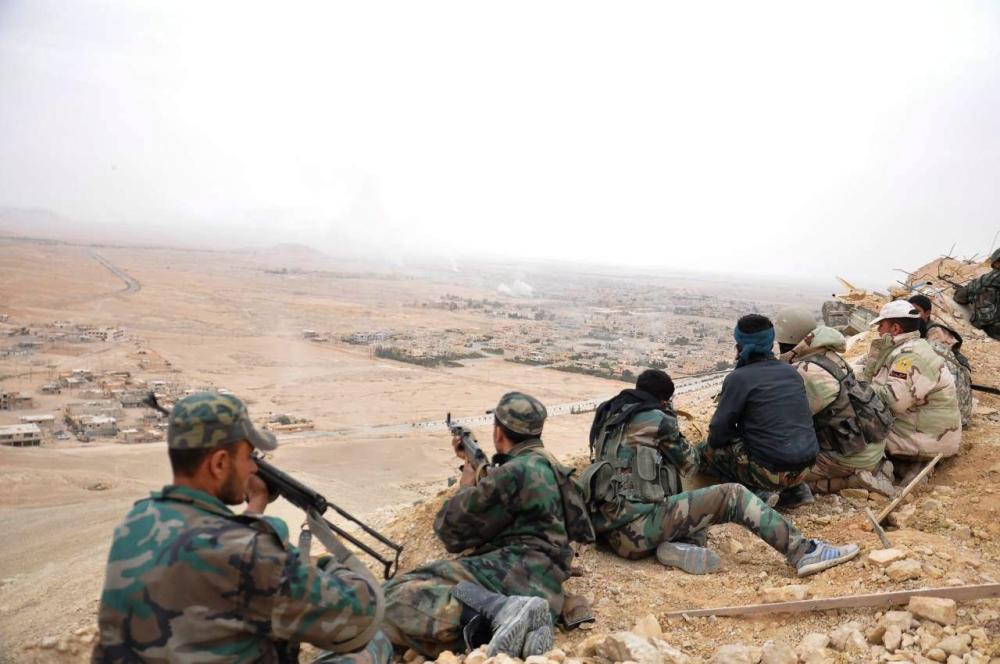 مقاتلون من الجيش السوري في مدينة تدمر الأثرية
