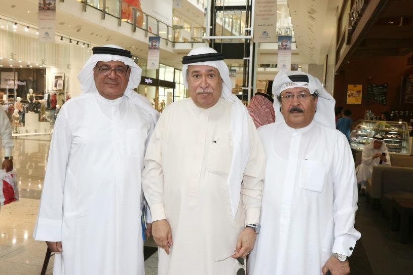 عيسى بن راشد يتوسط الفنان أحمد الجميري ورئيس القسم الرياضي بالصحيفة عباس العالي - تصوير عيسى ابراهيم