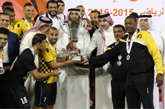 علي بن خليفة يُتوِّج الأهلي بكأس البطولة - تصوير جعفر حسن