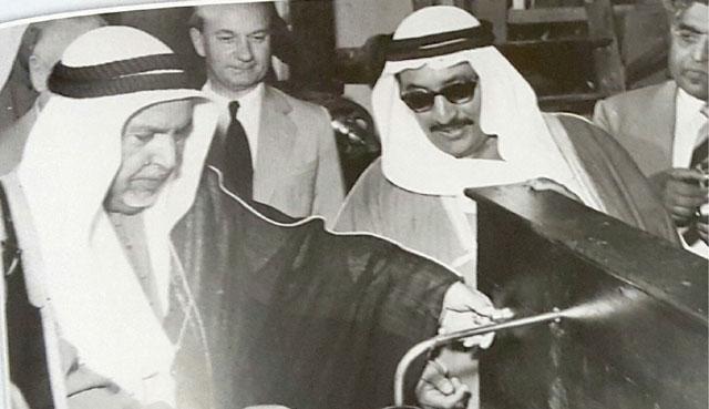 الشيخ عبدالله المبارك والشيخ عبدالله السالم في محطة الشويخ العام 1953