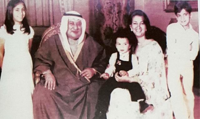 الشيخ عبدالله المبارك مع زوجته وابنائه العام 1980