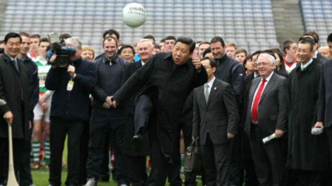 الرئيس شي جين بينغ من عشاق كرة القدم