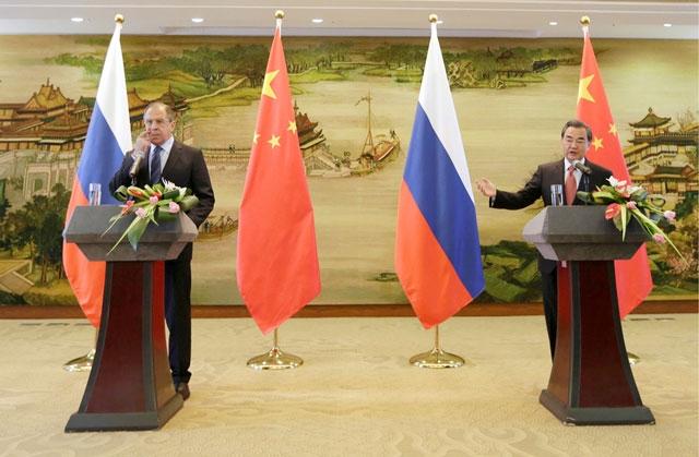 وزير الخارجية الصيني ونظيره الروسي خلال مؤتمر صحافي في بكين - REUTERS