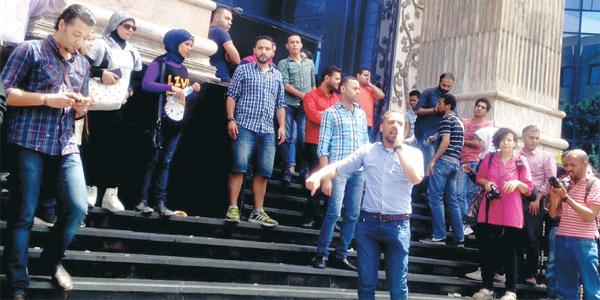 صحافيون يتجمعون امام مبنى نقابة الصحافيين في القاهرة احتجاجا على اقتحام المبنى