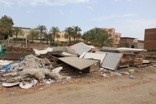 أنقاض ومخلفات في إحدى الساحات المفتوحة بقرية مقابة القديمة