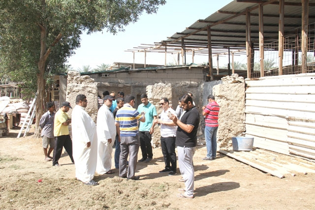 الباحث ربيع متحدثاً إلى «الوسط» من أمام مسجد حويص الثري