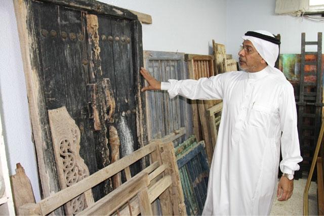 أبواب ونوافذ قديمة تعكس مهارة النجار الخليجي القديم