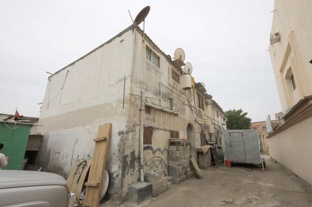 وراء جدران هذا المنزل المتهالك يقطن 19 فرداً