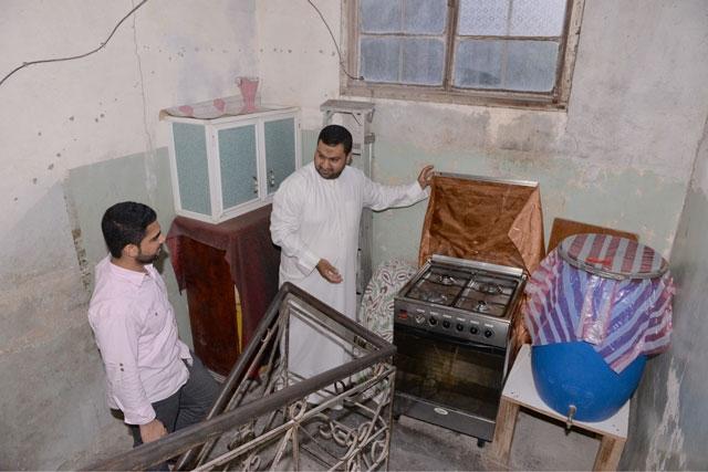خضير مشيراً إلى فُرن وضع في «استراحة الدرج» التي تحولت إلى مطبخ