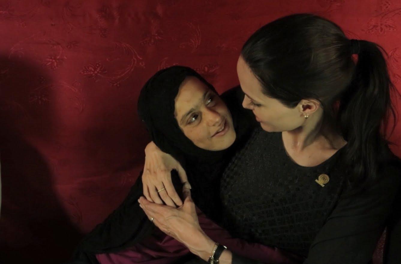 انجلينا جولي مع إحدى اللاجئات السوريات. ارشيفية
