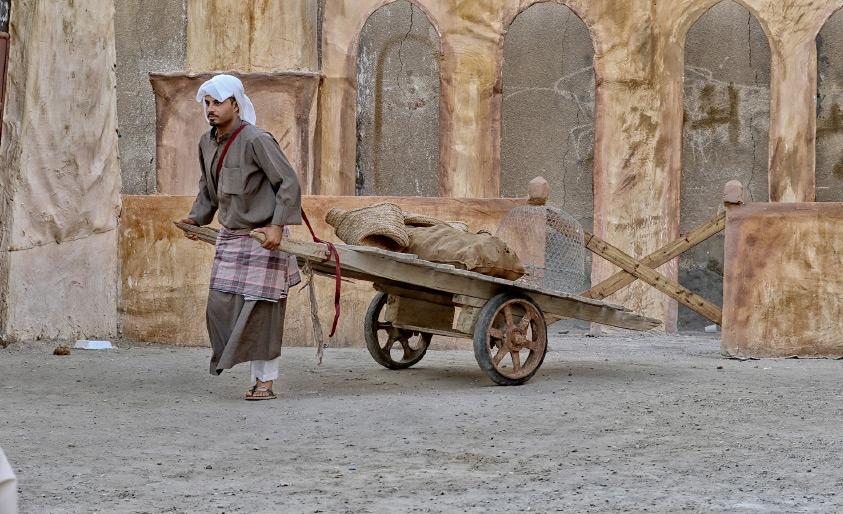 """سائق العربة... """"الحمالي"""" الذي أعادته القرية إلى الحياة"""