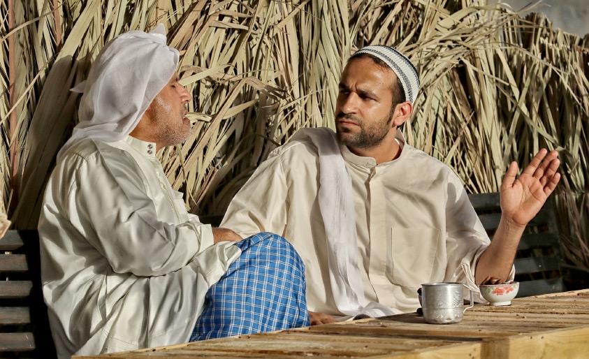 وجهان في المقهي الشعبي وأمامهما «غضارة الباجلا» و«بالدي الماء» - تصوير محمد المخرق