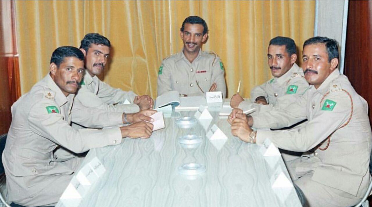 المرحوم خليفة بن سلمان في إحدى اجتماعات الاتحاد الرياضي العسكري