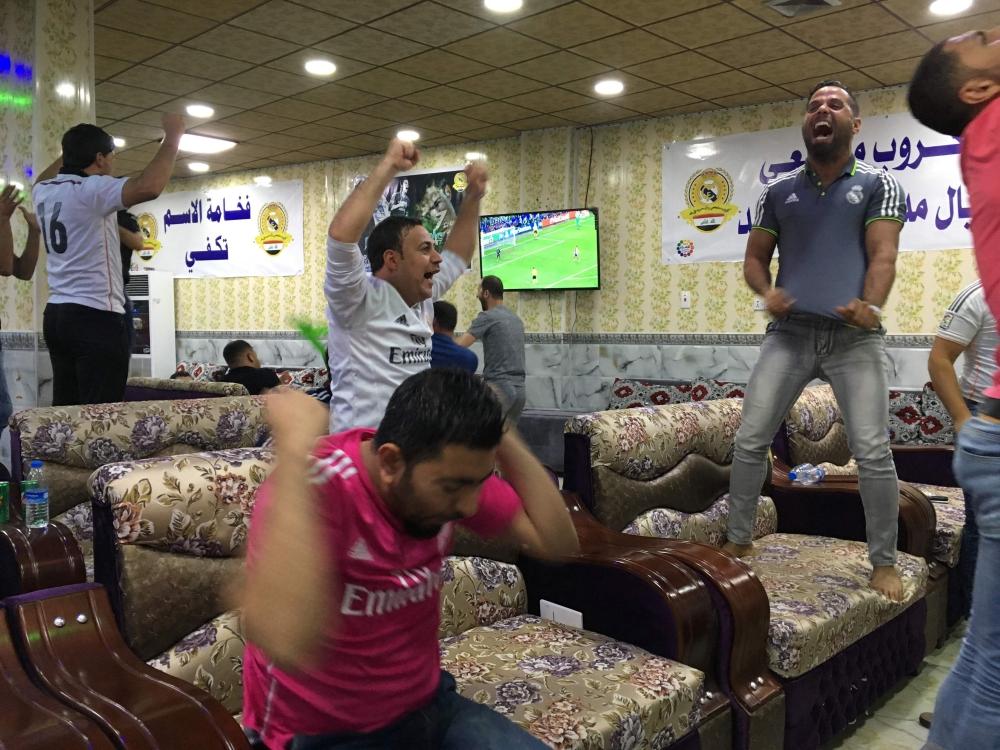 مشجعون لريال مدريد في العراق يتفاعلون خلال المباراة النهائية لدوري أبطال أوروبا