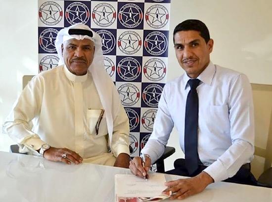 علي سعيد أثناء التوقيع للنجمة (نقلاً عن إعلام النجمة)
