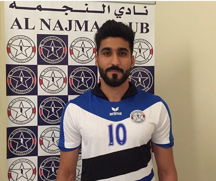محمد الطيب مرتدياً شعار نادي النجمة بعد التوقيع الرسمي