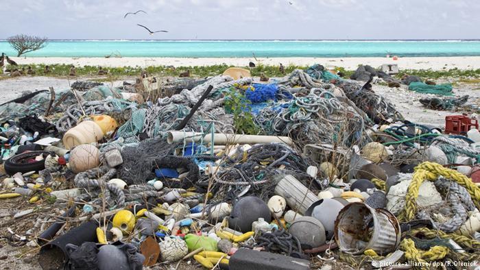 تُرمى ثمانية ملايين طن من الفضلات البلاستيكية على الأقل سنويا في محيطات وبحار العالم