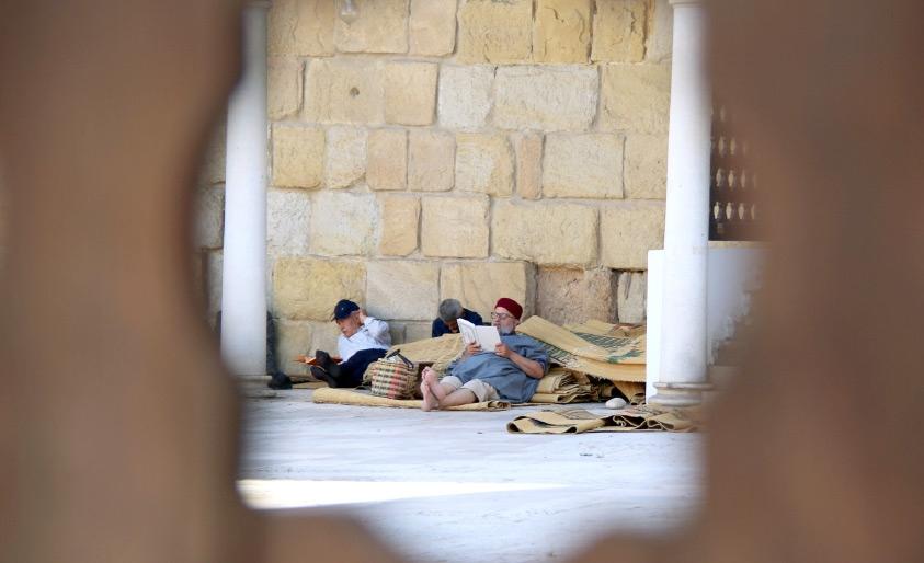 تونسيون يقرأون القرآن في مسجد خلال شهر رمضان - REUTERS